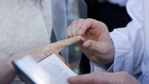 توضيحية: زوجان يهوديان يتزوجان.  (Justin Oberman/Creative Commons)