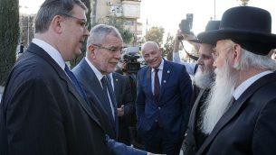 أوسكار دويتش، يسار الصورة، مع الرئيس النمساوي ألكسندر فان دير بيلين، يجتمعان باليهود في القدس، فبراير 2019. (HBF / Peter Lechner)