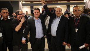 عضو الكنيست أيمن عودة وأحمد الطيبي بعد تقديم قائمة مشتركة لمرشحي حزبي 'الجبهة' و'الحركة العربية للتغيير' للجنة الانتخابات المركزية في الكنيست، 21 فبراير، 2019. (Hadash)