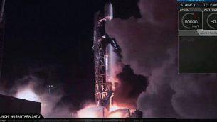 انطلاق صاروخ فالكون 9 حاملا مركبة الفضاء بريشيت في 22 فبراير، 2019، كما يظهر على شاشات مركز القيادة في يهود، إسرائيل. (SpaceIL)
