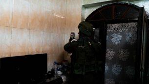 جنود اسرائيليون يقومون بمسح منزل رجل فلسطيني مشتبه به بقتل الشابة الإسرائيلية أوري انسباخر، في الخليل، 10 فبراير 2019 (Israel Defense Forces)