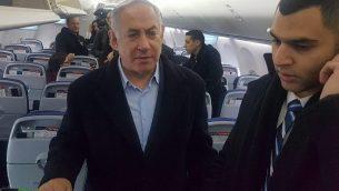 رئيس الوزراء بنيامين نتنياهو يتحدث إلى الصحافيين على متن الطائرة من بولندا في الساعات الأولى من 15 فبراير 2019. (Raphael Ahren/Times of Israel)