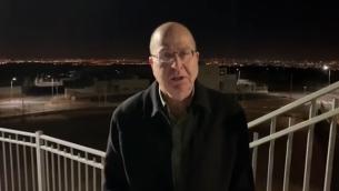 المرشح عن حزب 'الصمود من أجل إسرائيل' موشيه يعالون في مستوطنة ليشيم في الضفة الغربية، 3 فبراير، 2019.  (Screen capture/ YouTube)