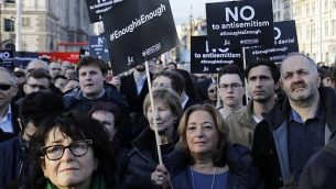 أعضاء في المجتمع اليهود يشاركون في مظاهرة ضد زعيم حزب 'العمال' البريطاني المعارض، جيريمي كوربين، ومعاداة السامية في حزب العمال، من أمام مبنى البرلمان في وسط لندن، 26 مارس، 2018.  (AFP Photo/Tolga Akmen)