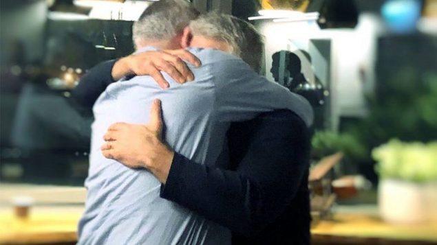 بيني غانتس و يئير لبيد يتعانقان بعد أن قررا تشكيل تحالف للانتخابات المقبلة، 21 فبراير، 2019. (Courtesy / Facebook)