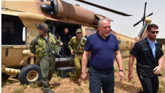 وزير الدفاع افيغادور ليبرمان يصل الضفة الغربية عام 2017 (Ariel Hermoni/Defense Ministry)