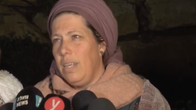 ناعة انسباخر، والدة ضحية القتل أوري، تتحدث مع صحفيين امام منزلها في مستوطنة تكوع، 9 فبراير 2019 (Screen capture/YouTube)