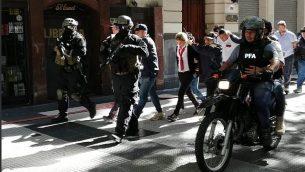 قوى الأمن الأرجنتينية تجري مناورة بالقرب من السفارة الإسرائيلية في بيونس آيرس، 3 فبراير، 2018. (Argentine Police)