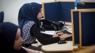نساء بدويات عربيات يعملن في مركز خدمة زبائن بيزيك، والواقع داخل مسجن في بلدة حورة الجنوبية، 27 يوليو 2015 (Miriam Alster/FLASH90)