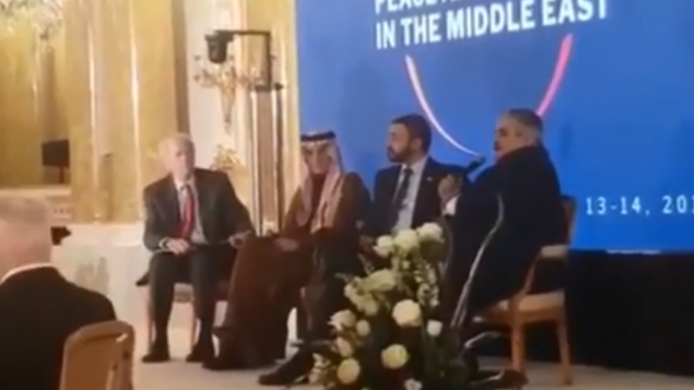 المفاوض الامريكي السابق للسلام في الشرق الاوسط دنيس روس ومسؤولين عرب على المنصة خلال نقاش في قمة وارسو، 14 فبراير 2019 (YouTube screenshot)
