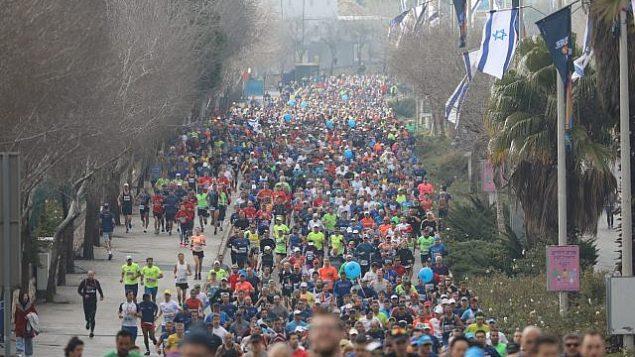 العداؤون في سباق ماراثون القدس السنوي التاسع، 15 مارس، 2019.  (Flash 90)