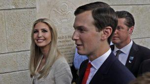 ابنة الرئيس الأمريكي دونالد ترامب، إيفانكا ترامب، من اليسار، وزوجها ومستشار البيت الأبيض جاريد كوشنر، خلال افتتاح السفارة الأمريكية في القدس، 14 مايو، 2018. (AFP Photo/Menahem Kahana)
