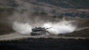 دبابة إسرائيلية تقوم بدورية عند الحدود بين إسرائيل وقطاع غزة في 29 مايو، 2018.  (Jack GUEZ/AFP)