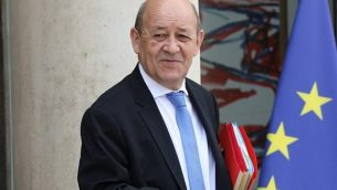 وزير الخارجية الفرنسي جان إيف لودريان يغادر قصر إليزيه الرئاسي في باريس بعد اجتماع مجلس الوزراء الأسبوعي، في 30 مايو 2018 (AFP Photo/Ludovic Marin)
