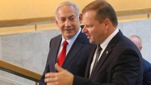 رئيس الوزراء الإسرائيلي بنيامين نتنياهو (يسار) يتحدث مع نظيره الليتواني سوليوس سكفرنليس في فيلنيوس، ليتوانيا، في 23 أغسطس 2018. (AFP/Petras Malukas)
