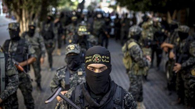 """أعضاء في جماعة """"الجهاد الإسلامي"""" المدعومة من إيران يشاركون في مسيرة عسكرية في مدينة غزة يوم 4 أكتوبر 2018. (Anas Baba/AFP Photo)"""