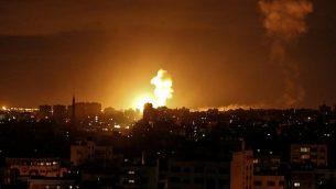 توضيحية:  انفجار ناتج عن غارة جوية إسرائيلية في مدينة غزة، 27 أكتوبر، 2018.  (Mahmud Hams/AFP)