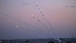 توضيحية: صورة تم التقاطها من قطاع غزة في 12 نوفمبر، 2018، تظهر صواريخ يتم إطلاقها باتجاه إسرائيل. (Said KHATIB / AFP)
