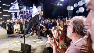 يستقبل المؤيدون السابقون بيني غانتز (مركز الصورة) رئيس أركان الجيش الإسرائيلي السابق، عند وصوله لإلقاء خطابه الانتخابي الأول في مدينة تل أبيب الساحلية في 29 يناير، 2019. (Jack Guez / AFP)