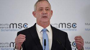 """رئيس حزب """"الصمود الإسرائيلي"""" بيني غانتس يتحدث في مؤتمر ميونيخ الخامس والخمسين للأمن في جنوب ألمانيا، 17 فبراير، 2019. (Thomas Kienzle/AFP)"""