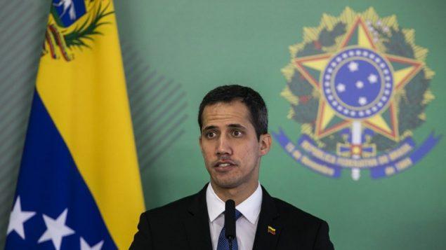 زعيم المعارضة في فنزويلا الذي أعلن نفسه رئيسا بالوكالة خوان غوايدو خلال مؤتمر صحفي مشترك مع الرئيس البرازيلي جاير بولسونارو في برازيليا، 28 فبراير 2019 (SERGIO LIMA / AFP)
