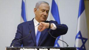 رئيس الوزراء بنيامين نتنياهو يستعد لإلقاء بيان في الكنيست، 9 كانون الأول / ديسمبر 2018. (MENAHEM KAHANA / AFP)