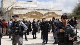 قوات امنية اسرائيلية امام باب الرحمة، خلال زيارة مجموعة يهود متشددين للحرم القدسي، 7 مارس 2019 (AHMAD GHARABLI / AFP)