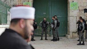 الشرطة الإسرائيلية تقوم بحراسة أحد مداخل الحرم القدسي في البلدة القديمة بعد إغلاقه، 12 مارس، 2019. (Ahmad GHARABLI / AFP)
