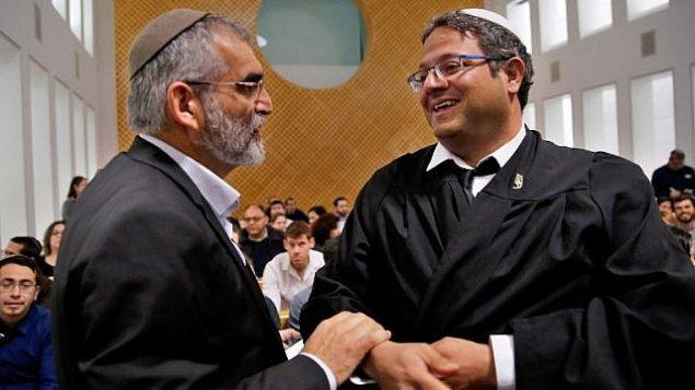 قادة حزب 'عوتسما يهوديت'، ميخائيل بن آري وإيتما بن غفير (من اليمين) يحضران جلسة في المحكمة العليا في القدس، 14 مارس، 2019، بشأن السماح لهما بخوض الإنتخابات للبرلمان الإسرائيلي. (GIL COHEN-MAGEN / AFP)