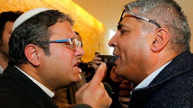 إيتمار بن غفير من حزب 'عوتسما يهوديت' (من اليمين) في مشادة كلامية مع المرشح العربي للكنيست، عطا أبو مديغن، بعد جلسة في المحكمة العليا في القدس، 14 مارس، 2019.  ( GIL COHEN-MAGEN / AFP)