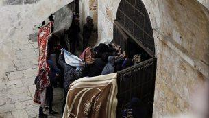 فلسطينيون يكسرون باب عند بوابة الرحمة في الحرم القدسي في مدينة القدس القديمة في 15 مارس 2019. (Ahmad Gharabli/AFP)