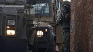 جندي إسرائيلي فيي قرية سالم التي تقع في شمال الضفة الغربية، شرق مدينة نابلس، 18 مارس، 2019، خلال عملية بحث عن مشتبه به فلسطيني. (JAAFAR ASHTIYEH / AFP)