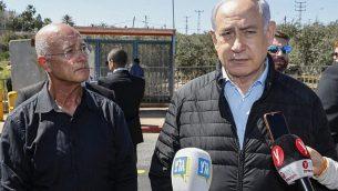 رئيس الوزراء بنيامين نتنياهو يزور موقع الهجوم في مفترق أرييل في شمال الضفة الغربية، 18 مارس 2019. (Jack Guez / POOL / AFP)