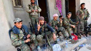 مقاتلون من قوات سوريا الديموقراطية عند عودتهم من جبهة القتال في اخر معاقل تنظيم الدولة الإسلامية في قرية باغوز السورية، 19 مارس 2019 (GIUSEPPE CACACE / AFP)