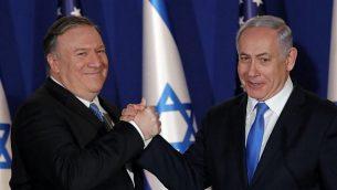 رئيس الوزراء بنيامين نتنياهو يرحب بوزير الخارجية الامريكي مايك بومبيو في منزله في القدس، 21 مارس 2019 (Jim Young/Pool/AFP)