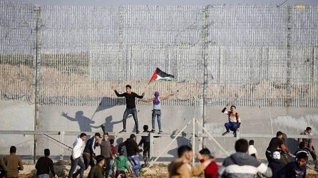 مظاهرات فلسطينية على السياج الحدودي مع إسرائيل شرق مدينة غزة في 22 مارس 2019.  (Said Khatib/AFP)