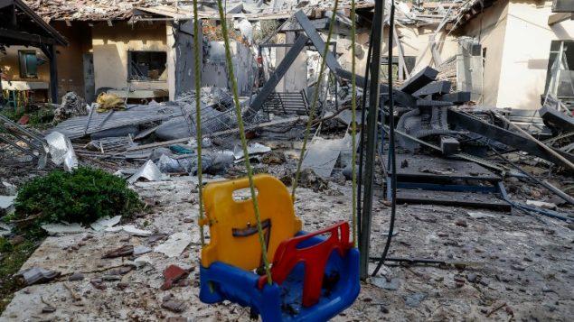 منزل في بلدة مشميرت في وسط إسرائيل تدمر جراء هجوم صاروخي من قطاع غزة، 25 مارس، 2019 (Jack GUEZ/AFP)