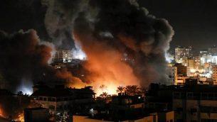 نار ودخان في محيط مبان في مدينة غزة خلال غارات إسرائيلية، 25 مارس، 2019.  (Mahmud Hams / AFP)
