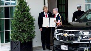 الرئيس الأمريكي دونالد ترامب، إلى اليسار، ورئيس الوزراء الإسرائيلي بنيامين نتنياهو في إعلان بشأن مرتفعات الجولان خارج الجناح الغربي بعد اجتماع في البيت الأبيض في واشنطن العاصمة، 25 مارس 2019. (Brendan Smialowski/AFP)