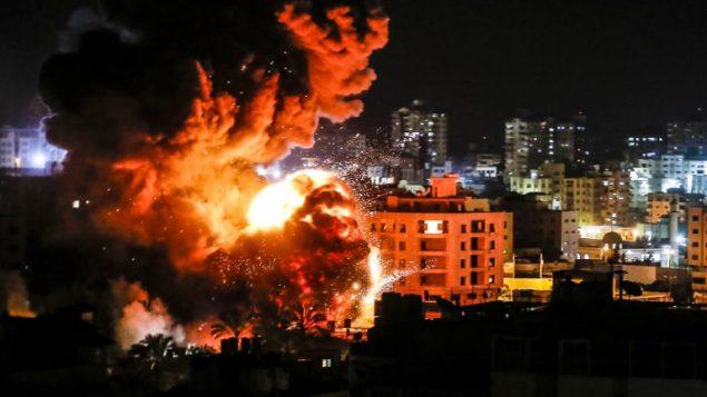 دخان ونيران تتصاعد في اعقاب قصف اسرائيلي في مدينة غزة، 25 مارس 2019 (Mahmud Hams/AFP)