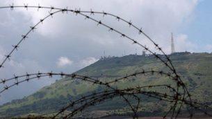 نقطة للجيش الإسرائيلي في هضبة الجولان تم التقاطها من بلدة القنيطرة في الجانب السوري من الحدود، 26 مارس، 2019.(Louai Beshara/AFP)