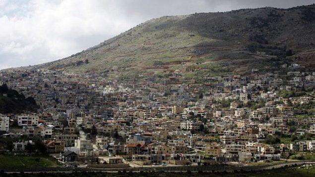 صورة التقطت في 26 مارس 2019 من بلدة عين التينة السورية في الجولان، تظهر بلدة مجدل شمس الدرزية في الطرف الإسرائيلي من الحدود (Louai Beshara/AFP)