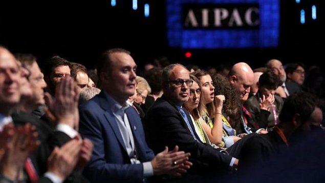 الحضور يسغون لكلمة نائب الرئيس الأمريكي مايك بنس في مؤتمر لجنة الشؤون العامة الأمريكية الإسرائيلية في العاصمة الأمريكية، واشنطن، 5 مارس، 2018. (Chip Somodevilla/Getty Images/AFP)