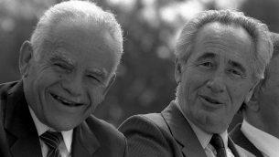 """عودة إلى عصر التناوب: رئيس الوزراء يتسحاق شمير (إلى اليسار) ووزير الخارجية آنذا ، شمعون بيرس، يستمتعان برفقة بعضهما البعض خلال احتفال """"ميمونة"""" في القدس، 15 مارس / آذار 1988. (Nati Harnik / Government Press Office)"""
