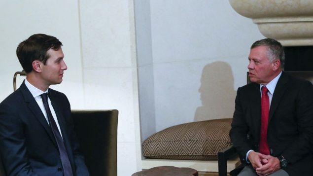 العاهل الاردني عبد الله الثاني يستقبل مستشار البيت الابيض جارد كوشنر في عمان، 22 اغسطس 2017 (The Royal Hashemite Court Twitter via AP)