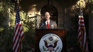 في هذه الصورة من الأرشيف التي التقاطها في 30 يونيو، 2010، القنصل العام الأمريكي في القدس حينذاك دانييل روبنستين يلقي بخطاب خلال حفل استقبال بمناسبة الاحتفالات بعيد الإستقلال الأمريكي في القنصلية الأمريكية في القدس. (Gali Tibbon/Pool Photo via AP)