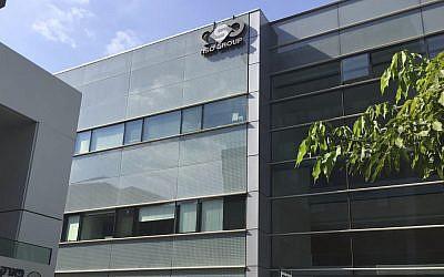 يتم عرض شعار الشركة الإسرائيلية NSO على مبنى كان لها مكاتب فيه في هرتسليا حتى عام 2016. (AP Photo / Daniella Cheslow)