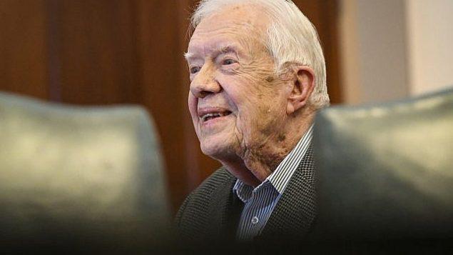 الرئيس الأمريكي الأسبق جيمي كارتر في صورة تم التقاطها له قبل التوقيع على كتاب، الأربعاء، 11 أبريل، 2018، في أتلانتا. (AP/John Amis)