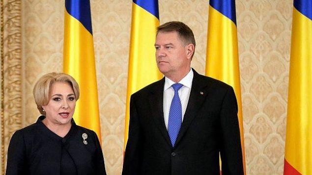 رئيسة الوزراء الرومانية فيوريكا دانشيلا (يسار الصورة)، تقف بجانب الرئيس الروماني كلاوس يوهانيس، بعد أداء اليمين الدستورية لحكومتها، في بوخارست، رومانيا، في 29 يناير 2018. (AP / Vadim Ghirda)