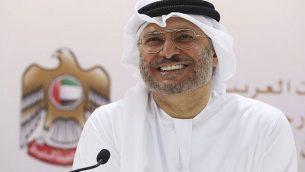وزير الدولة الإماراتي للشؤون الخاجرية أنور قرقاش يتحدث مع صحافيين في دبي، الإمارات، 18 يونيو، 2018. (AP Photo/Jon Gambrell)